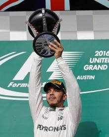 El piloto brintánico Lewis Hamilton, de Mercedes, festeja luego de ganar el Gran Premio de Estados Unidos de la Fórmula Uno en el Circuito de las Américas, el domingo 23 de octubre de 2016, en Austin, Texas. (AP Foto/Darron Cummings)